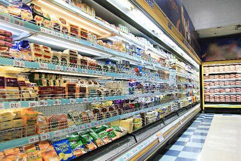 たくさんの商品が並んでいるスーパーの商品棚