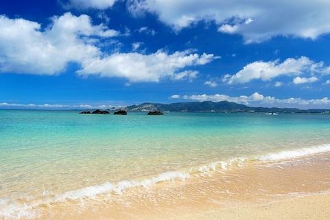 白い砂浜と青い空が広がる沖縄のきれいな海