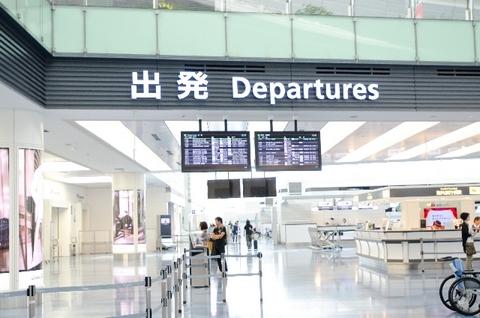 ガランとした印象の空港の受付