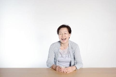 こちらに対してにこやかな笑顔をみせるおばあちゃん