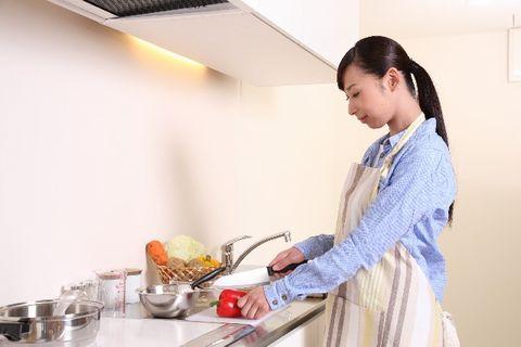 キッチンで料理をする新妻