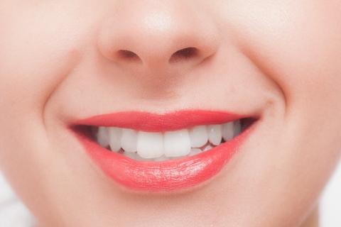 鼻と口が写っている女性の顔のドアップ