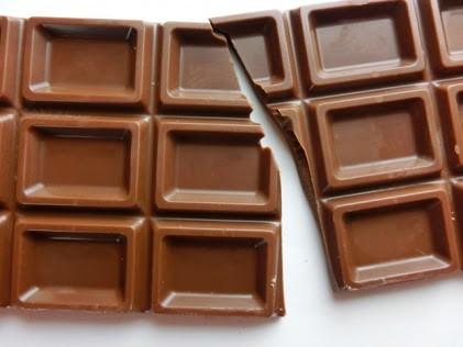 半分よりも右側に大目に割れた板チョコレート