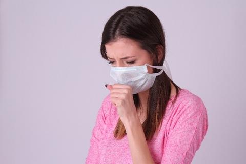 咳が出るのでマスクをしている女性