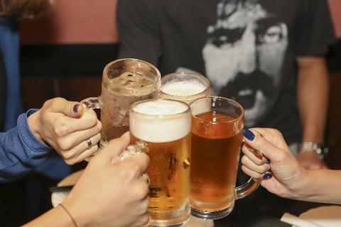 ビールとウーロンハイで乾杯している四つのグラス