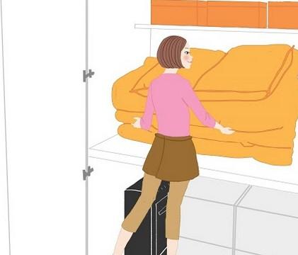 押入れに布団をしまっている女性のイラスト
