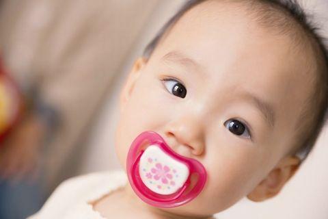 歯固めを加えてこちらを向いている赤ちゃん