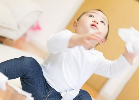 手にティッシュを持って上を見上げている小さい子供