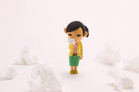 鼻づまりで困っている人形のイメージ
