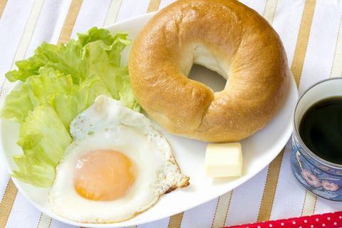 朝食に卵とパンとサニーレタス