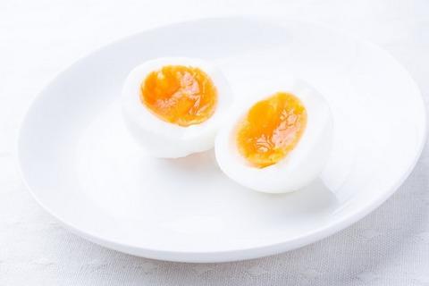 半分に割ったおいしく茹で上がった卵
