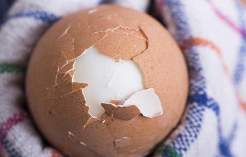 少しだけ殻をむいた状態の茹で卵