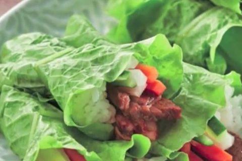 焼肉と野菜とご飯をくるんだサンチュ