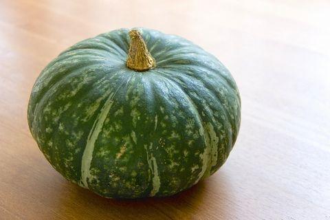 床に置いてあるりっぱなかぼちゃ