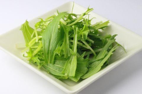 うつわに盛り付けた新鮮な水菜