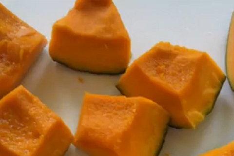 食べやすくかっとしてある皮付きの状態のかぼちゃ