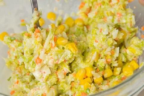 菜っ葉とあえたコーンのサラダ