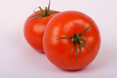 縦と横になっている2つのトマト