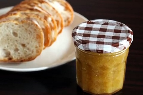 パンにつけてもおいしいルバーブジャム
