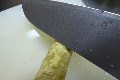 包丁の刃を使ってごぼうをささがき
